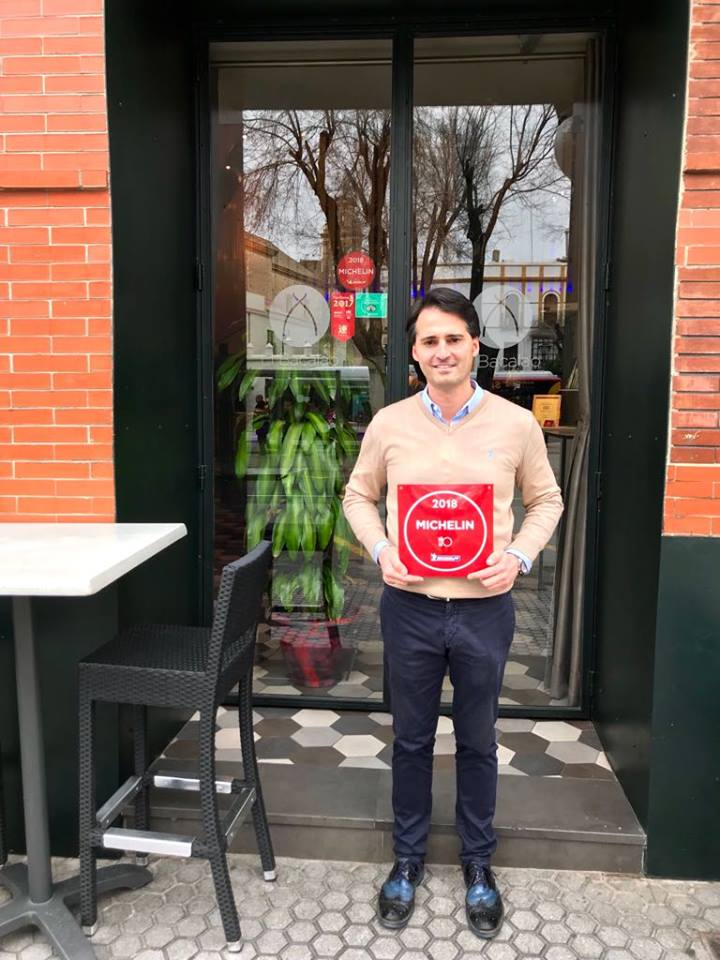 José Antonio Barea con la condecoración Michelin. Foto cedida por el establecimiento.