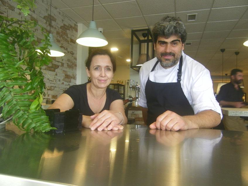 El cocineo Adelino Guerreiro, autor de este plato, junto a Ana Chacón. Los dos regentan el establecimiento. Foto: Cosasdecome