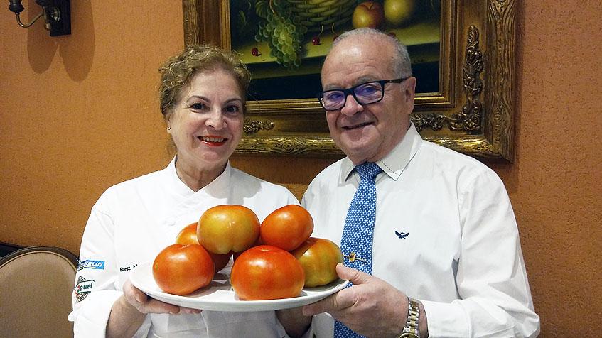 Mari Angeles Duque y Curro Mayo con una fuente de tomates de Los Palacios. Foto: Cosasdecome