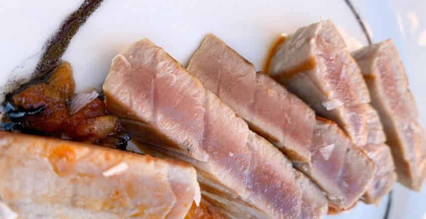El lomo de atún sobre tomate de La Cuestecilla