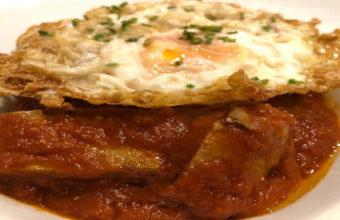 El atún con tomate y huevo frito del restaurante Alcuza