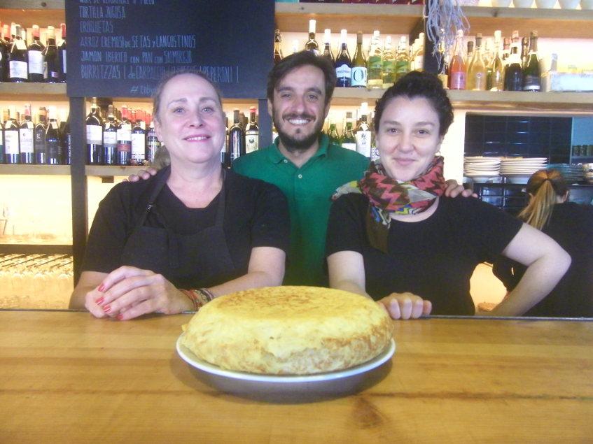 Clara Iñiguez y Helena Mora junto a Ricardo Martín el gerente de Delicias Uno. Los tres posan junto a una de sus famosas tortillas. Foto: Cosasdecome