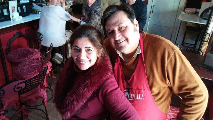 Bernardina Benitez y Germán Cava, los propietarios de Casa Curro Montoya. Germán es el autor de esta ensaladilla de chocos. Foto: Cosasdecome.