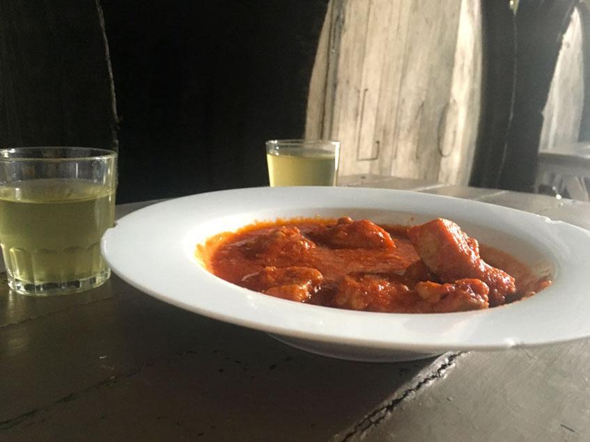 La carne en tomate de la bodega El Rumbo fotografiada por los tapatólogos Diego