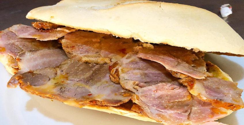 El bocadillo de carne mechá de la Venta La Ruedas.