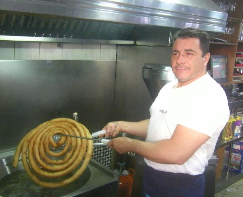 Jesús Noguera el gerente del bar La Esperanza lleva desde los 16 años en el establecimiento y aprendió a hacer churros viendo como trabajaban los churreros. Foto: Cosasdecome