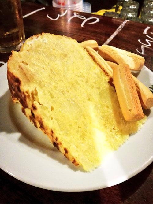 La tapa de tortilla de la Taberna Azahar fotografiada por el tapatólogo José Abril.