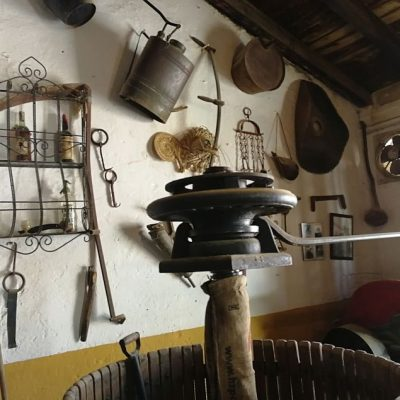 Hay utensilios relacionados con la viticultura en todo el establecimiento.