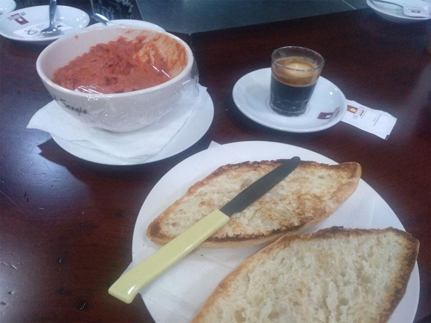El desayuno de El Fogón de Sergio visto en su conjunto y captado por el tapatólogo Antonio Sánchez.