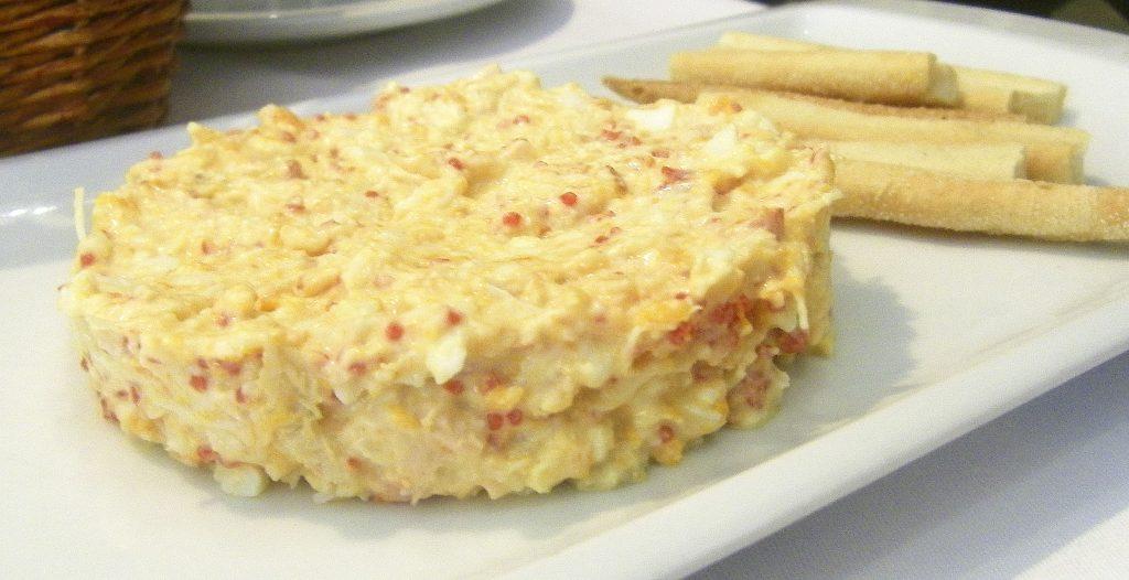 La ensaladilla de bogavante, uno de los platos famosos del restaurante Alhucemas. Foto: Cosasdecome