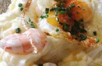 Ensaladilla de langostinos con huevo frito de Lalola