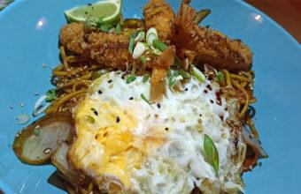 Los fideos con verduras, langostinos y un huevo por lo alto de Cocomá