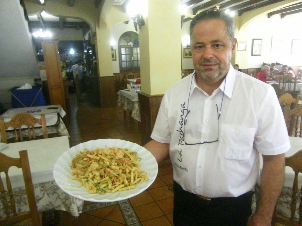 Un camarero de La Pachanga porta una ración de frituras de la huerta. Obsérvese el tamaño del plato. Foto: Cosasdecome