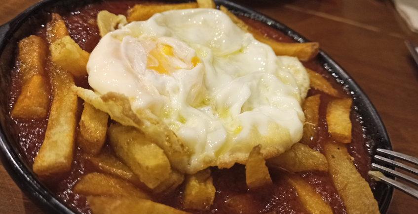 Los huevos con papas y tomate frito de Casa Esteban