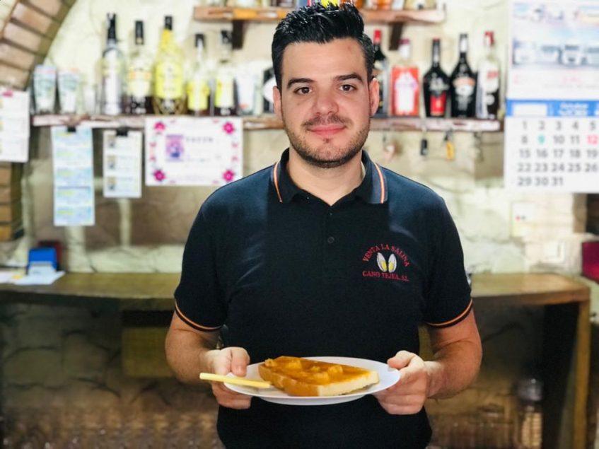 Rafael Cano, con la preciada tostada en sus manos. Foto: Cosas de Comé