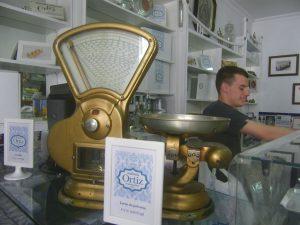 El establecimiento está decorado con algunos objetos antiguos como este peso. Foto: Cosasdecome