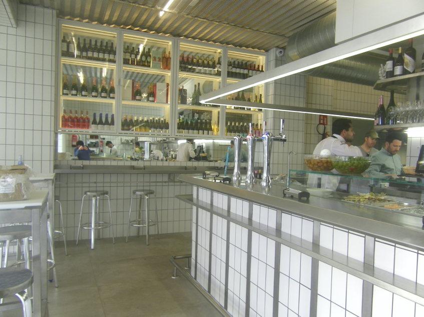 El interior de la barra de Cañabota juega con la imagen de las pescaderías. Foto: Cosasdecome