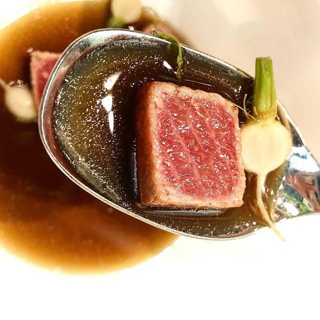 La barriga de atún con caldo de caracoles del restaurante Ispal fotografiada por el tapatólogo Fernando Huidobro.