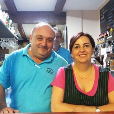 José Antonio Valero y Belén García regentan la cervecería Las Banderas de Cazalla de la Sierra. Foto: Cosasdecome