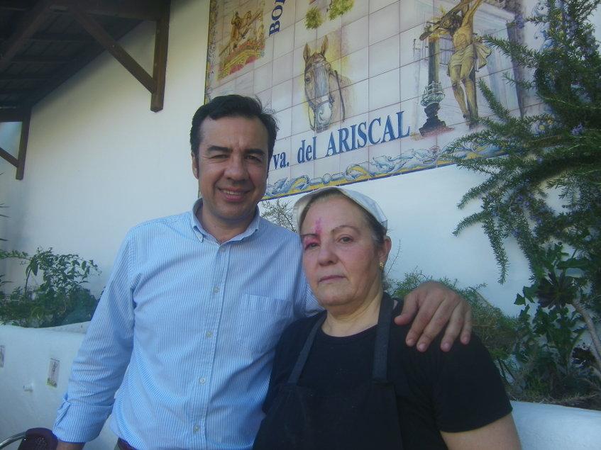 José León con una de las cocineras del establecimiento. Foto: Cosasdecome.