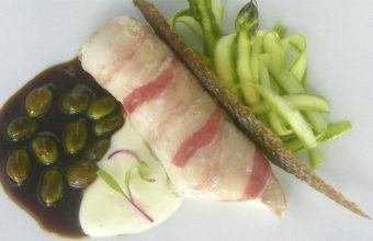 Lubina de estero con panceta ibérica, salsa española y tagliatelle de espárrago verde