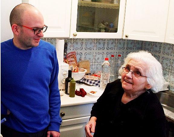 El cocinero Luis Portillo junto a su abuela Mari Carmen Carreño Mejías. Foto: Cedida por Luis Portillo.