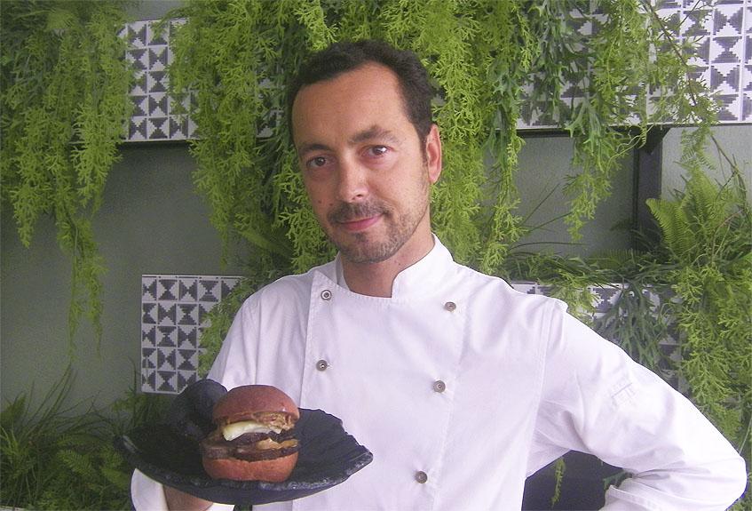 El cocinero Nacho Dargallo con su bocadillo soñado. Foto: Cosasdecome