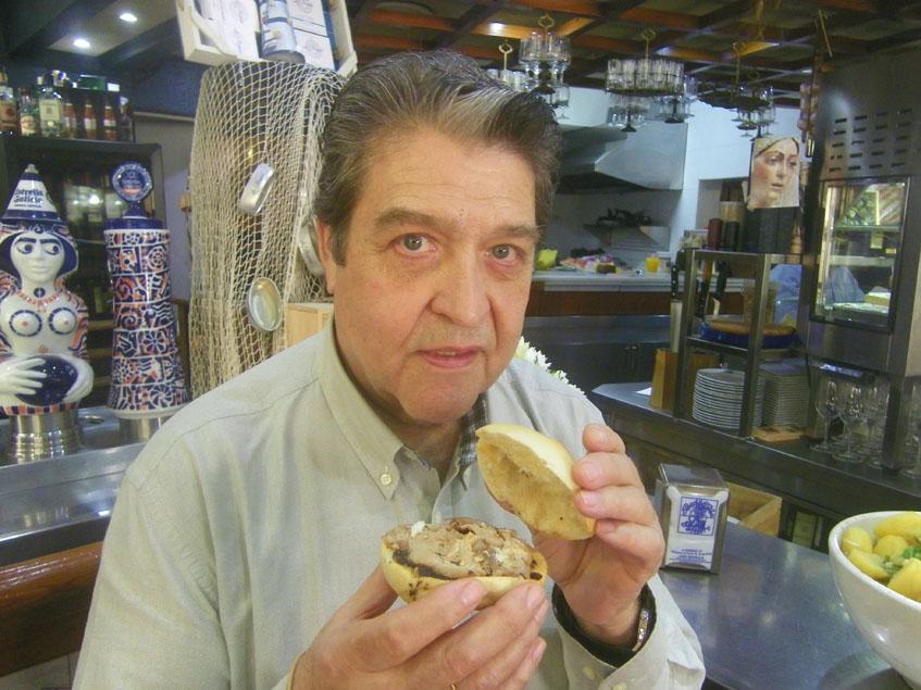 Pedro Romero con el famoso montadito de pringá de la bodeguita Pedro Romero. Foto: Cosasdecome