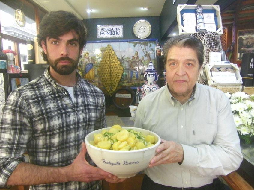 Pedro Romero y su hijo Alejandro sostienen la prodigiosa fuente de papas aliñás que hacen a diario en la bodeguita Romero. Foto: Cosasdecome