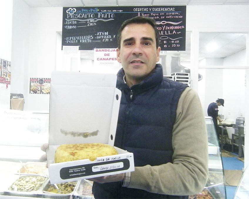 Pedro Garrido con una de las tortillas que vende en su establecimiento. Foto: Cosasdecome