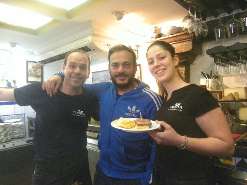 Pepe Arcas, el actual gerente de Las Golondrinas (en el centro de la foto) posa junto a dos camareros del bar de la calle Antillano Campos. Foto: Cosasdecome