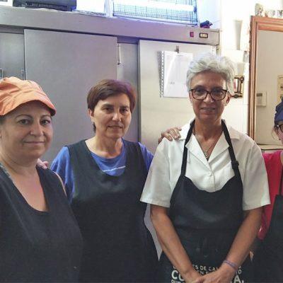 Pili Gómez, con camisa blanca, junto a su equipo de cocineras. Foto: Cosasdecome