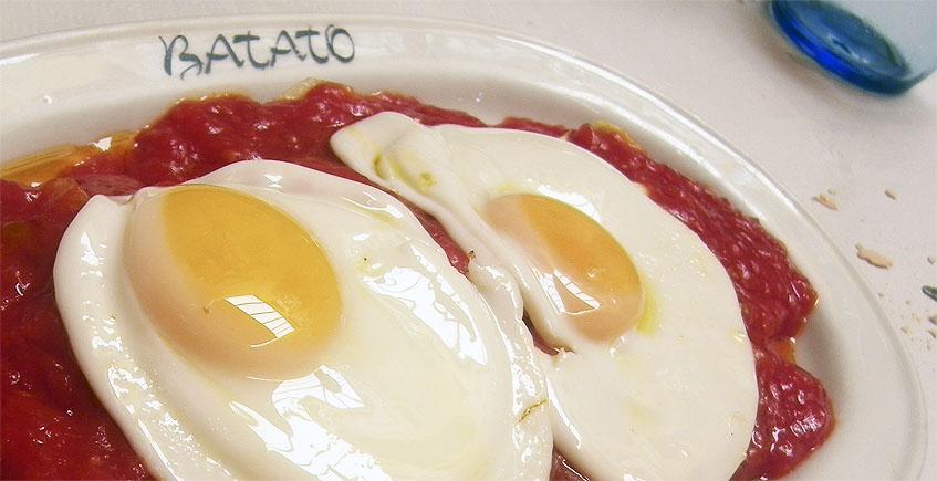 Los huevos fritos con papas y tomate de Casa Batato