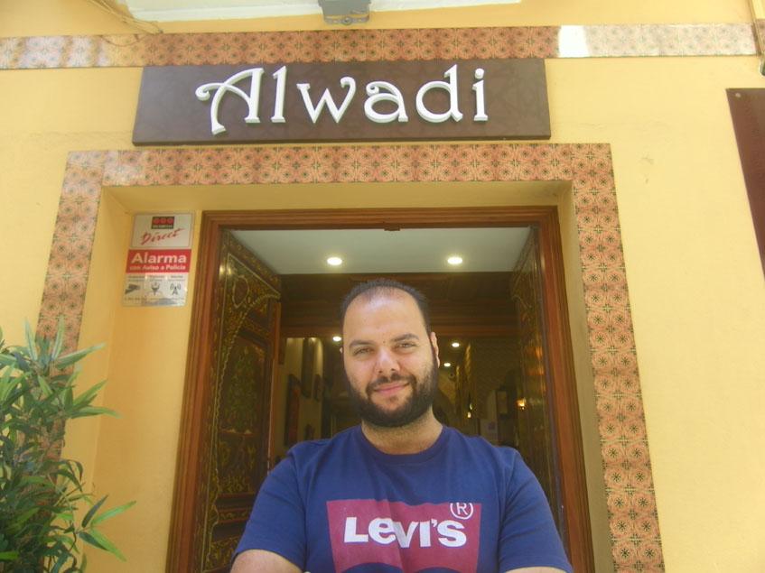 Tarek Janoudi a las puertas del restaurante Al Wadi. Foto: Cosasdecome