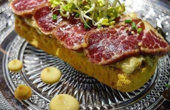 Tataki de presa ibérica, tartar de berenjenas y cacahuete
