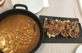 Los garbanzos con tostadita de pringá del restaurante El Escaparate