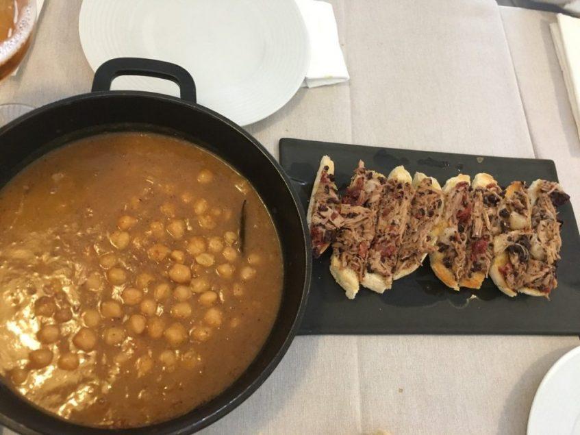 garbanzos con tostadita de pringa