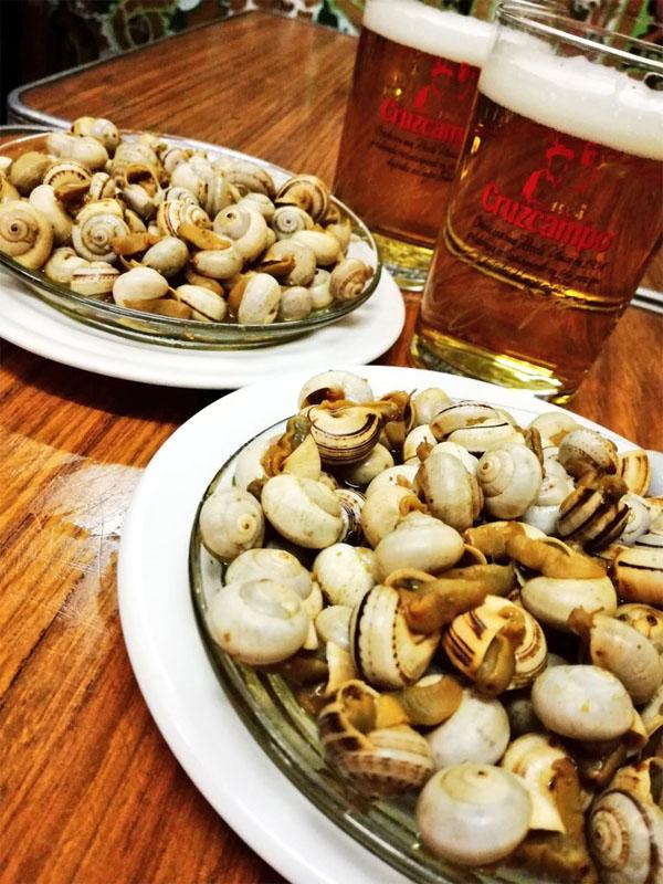 Los caracoles de la bodega Mariano Camacho fotografiados por el tapatólogo José Abril.