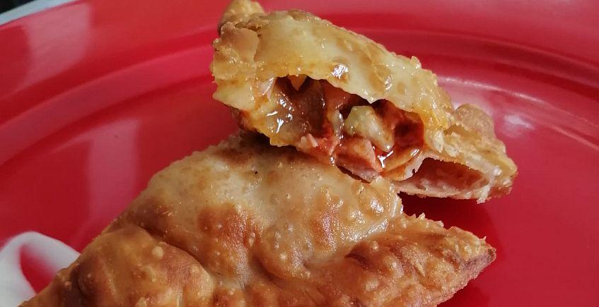 Empanadillas de carne de costillas de cerdo iberico en adobo, apio, cebolla pochada y crema de queso payoyo