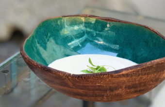 Gazpacho blanco con boletus salteados y tacos de jamón ibérico