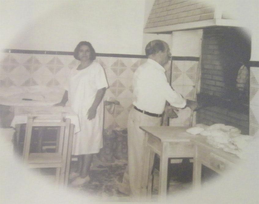 Damiana Corpas Cordón y Antonio Reina Luque, los padres de los actuales gerentes, en una foto colgada en el obrador.