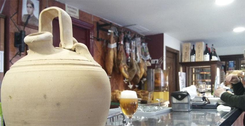 La barra de Los Cuevas está presidida por un búcaro, de los que se utilizaban para mantener fresca el agua. Foto: Cosasdecome
