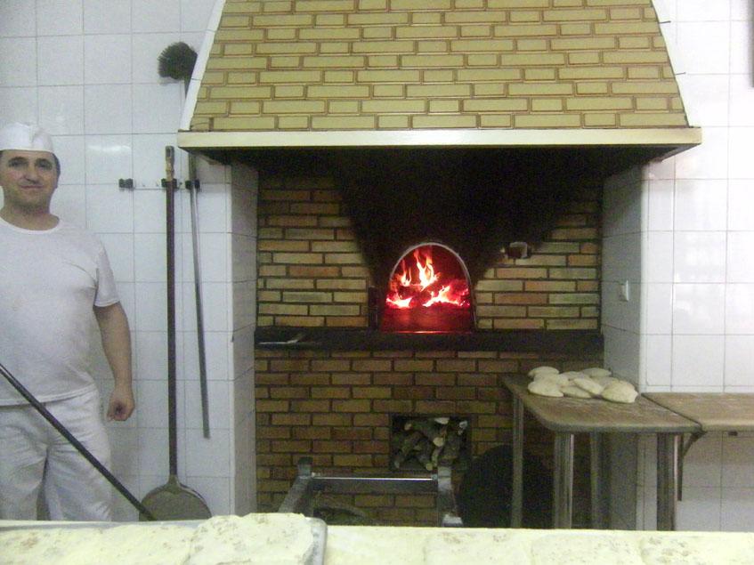 Este es el horno de la calle Cantareros. Tiene más de 200 años y de el salen los auténticos molletes marcheneros. Junto a él aparece Antonio Reina Corpas, que se encarga de hornear los molletes. Foto: Cosasdecome