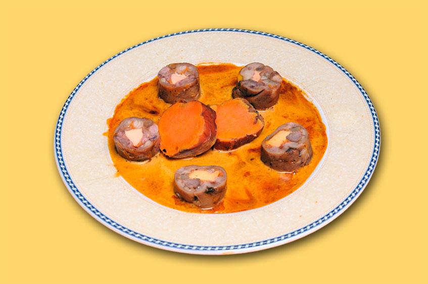 Las manitas de cerdo rellenas con foie, uno de los platos más creativos del establecimiento. Van acompañadas con boniatos. Foto: Cedida por Los Cuevas