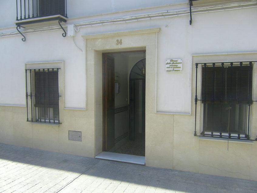Imagen exterior del horno de Cantareros. Tan sólo una pequeña placa con el horario, indica su existencia. Foto: Cosasdecome