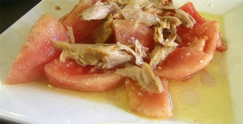 Los tomates con melva, una de las especialidades de Los Cuevas. Los sirven ya pelados. Foto: Cosasdecome