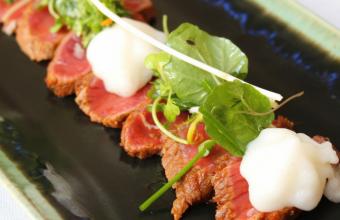 Tataki de toro con espuma de torta del Casar y ensalada de hierbas picantes. Fotos: Cosas de Comé