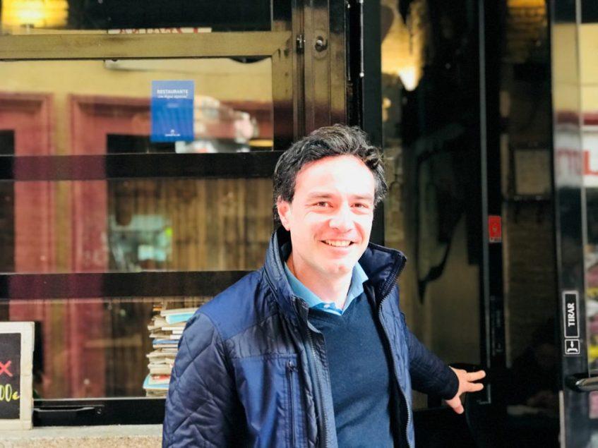 Rubén López, en la puerta de La Cacharrería. Foto: Cosas de Comé