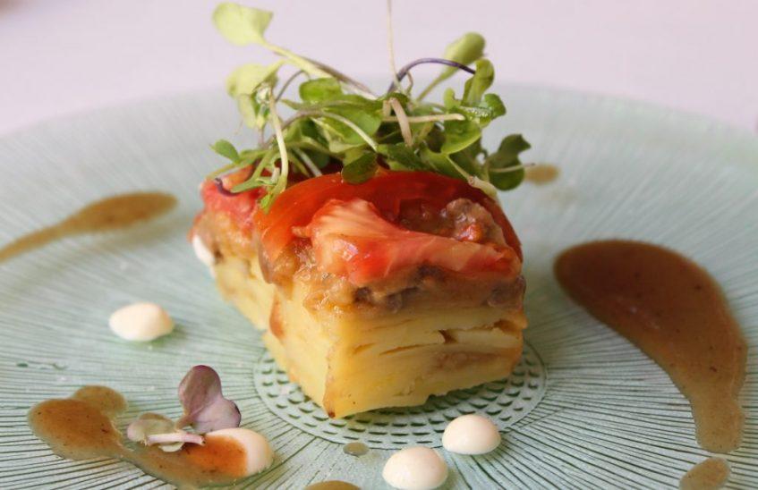 Lingote de cadera y patata lacado con verduras de primavera