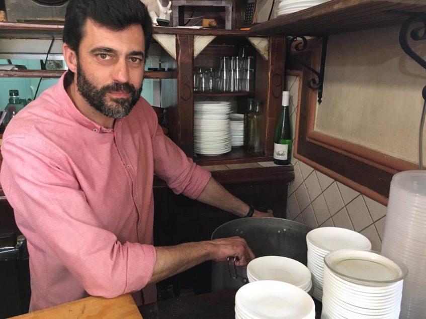 Pedro Verdugo hijo es ahora el encargado del establecimiento y la elaboración de los caracoles. Foto: CosasDeComé.